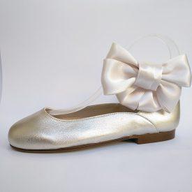 Zapatos de ceremonia y comunión para niñas en color cava metalizado de Papanatas by Eli
