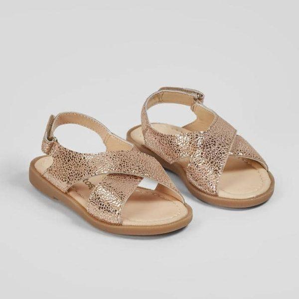 sandalias de niña en color magnesio con tira cruzada en el empeine marca conguitos