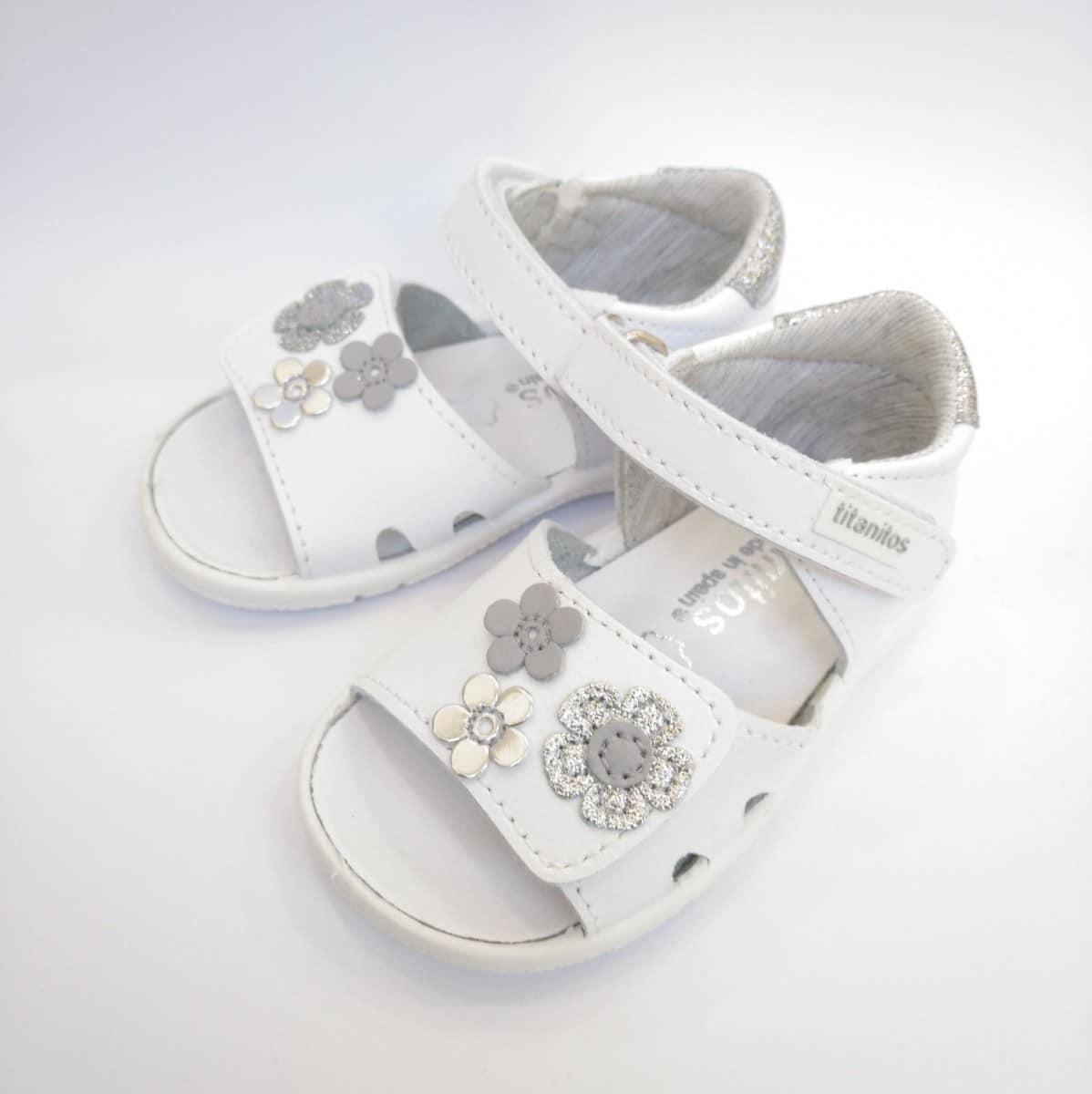 c501f65ee Sandalia Blanca Lavable Flores Velcro marca Titanitos   Zapatines